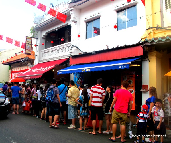 It's a long queue for a good hearty ice kacang & cendol durian.