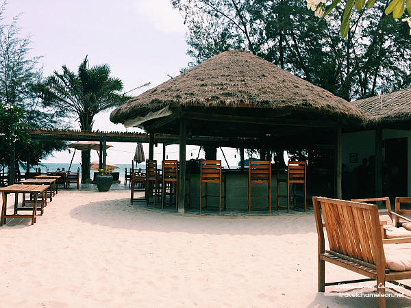 Lunch & dinner comes with the beach at Ren Restaurant.